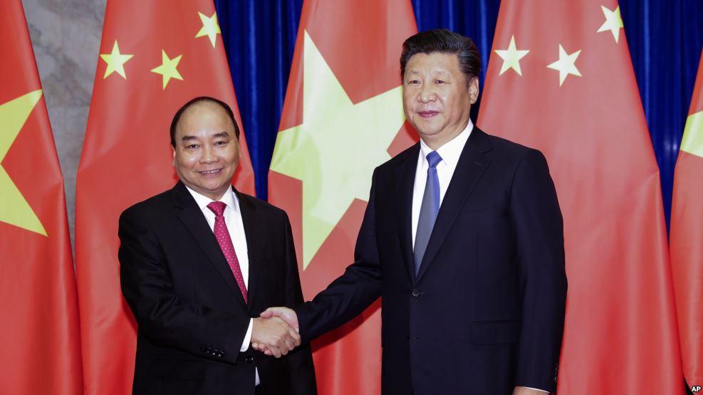 Chủ tịch Trung Quốc Tập Cận Bình và Thủ tướng Việt Nam Nguyễn Xuân Phúc tại Đại lễ đường Nhân dân ở Bắc Kinh, ngày 13/9/2016. Ảnh tư liệu. Nguồn: AP