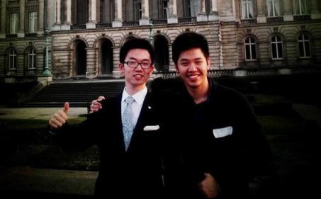Vũ Minh Hoàng (bên phải) và người bạn Trung Quốc tham gia diễn đàn chính sách thanh niên Châu Âu - Trung Quốc diễn ra vào tháng 4/2014. Ảnh: NVCC.