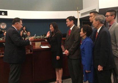 Ông Tony Rackauckas (trái) chủ tọa lễ tuyên thệ nhậm chức cho tân Nghị Viên Kimberly Hồ. (Hình: Quốc Dũng/Người Việt)