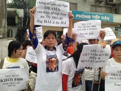 Biểu tình ở Hà Nội kêu gọi Hoa Kỳ can thiệp cho Luật Sư Nguyễn Văn Đài khi ông vừa bị bắt cuối năm ngoái. Người giơ biểu ngữ là bà Cấn Thị Thêu, cũng đã bị bắt và bị kết án tù 20 tháng. (Hình: Internet)