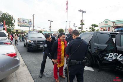 Hùng Cửu Long bị cảnh sát Westminster khám xét trước thương xá Phước Lộc Thọ. Nguồn: internet
