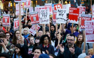"""Những người biểu tình chống Trump gương cao biểu ngữ: """"Không phải tổng thống của tôi"""". Nguồn: internet"""