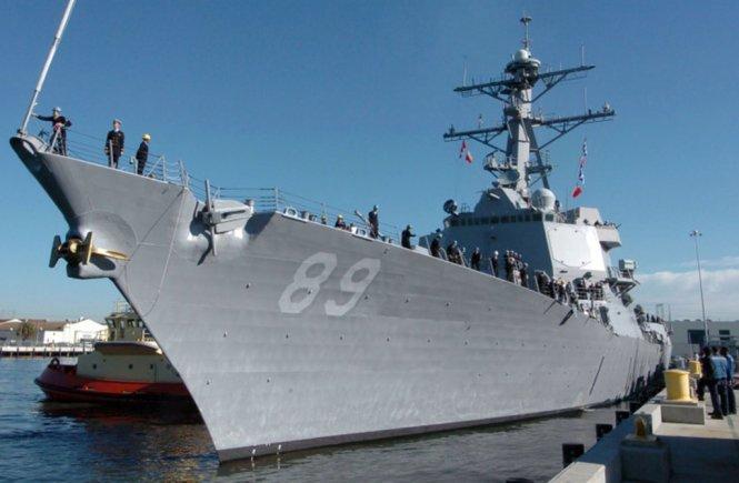 Khu trục hạm USS Mustin tại quân cảng Cam Ranh. (Hình: Tuổi Trẻ)