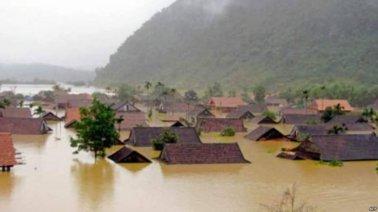 Lũ lụt nhấn chìm nhà dân ở miền Trung trong biển nước. Nguồn: internet