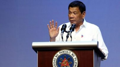 Ông Duterte nói chuyện với cộng đồng Philippines ở Singapore. Ảnh: Reuters.