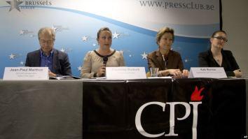 Giám đốc ban vận động của CPJ Courtney Radsch (thứ 2 từ trái sang) trong một cuộc họp báo ở Brussels. (Ảnh tư liệu). Nguồn: AP