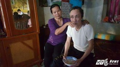 Bà Nguyễn Thị Mai (vợ ông Long) đang chăm sóc cho chồng sau 11 năm bị quy kết án tử được tự do. Nguồn: VTC