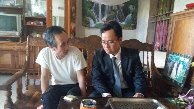 Ông Hàn Đức Long (trái) và luật sư Ngô Ngọc Trai tại nhà riêng hôm 21/12. Ảnh: FB Ngô Ngọc Trai.