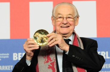 nhận giải thưởng Alfred Bauer. Nguồn: Norbert Kesten/REX/Shutterstock (851269g) Director Andrzej Wajda receives the Alfred Bauer Award Award Winners press conference at the 59th Berlinale Film Festival, Berlin, Germany - 14 Feb 2009