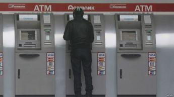 Một người đàn ông tại máy rút tiền tự động của ngân hàng Agribank. (Ảnh minh họa). Nguồn: Reuters.