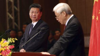 Chủ tịch Trung Quốc Tập Cận Bình nhìn Tổng bí thư Việt Nam Nguyễn Phú Trọng phát biểu trong chuyến thăm Việt Nam cuối năm 2015. Ảnh: AP
