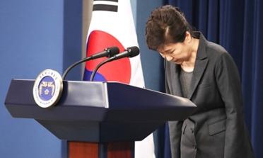 Tổng thống Park Geun-hye cúi đầu xin lỗi người dân Hàn Quốc hôm 4-11. Ảnh: Korea Times