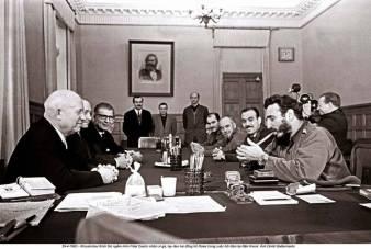 Ngày 29-4-1963, trong buổi hội đàm ở Moscow , Khrushev thích thú ngắm nhìn Fidel Castro châm xì gà, tay đeo 2 đồng hồ ROLEX. Ảnh: Dmitri Baltermants.