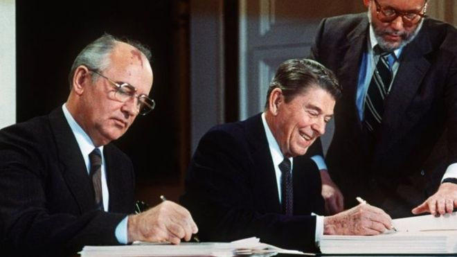 Vào năm 1987, ông Gorbachev và Tổng thống Mỹ lúc đó là Reagan đã ký hiệp ước giải trừ vũ khí hạt nhân. Ảnh: AFP