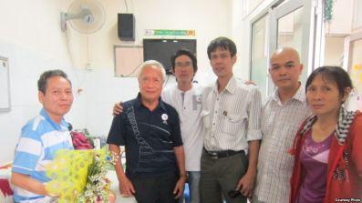 Từ trái sang, ông Đinh Đăng Định, Nguyễn Đan Quế, Đinh Nhật Uy, Phạm Chí Dũng, Phạm Bá Hải và vợ ông Định – bà Đặng Thị Dinh, ngày 16.2.2014. Courtesy Photo