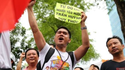 Nhà hoạt động Nguyễn Hồ Nhật Thành tham gia một đợt biểu tình. Hình: Facebook Nguyễn Hồ Nhật Thành