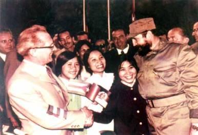Ông Erich Honecker và ông Fidel Castro với lưu học sinh Việt Nam tại thành phố Hable (Đức) năm 1971. Ảnh: Internet