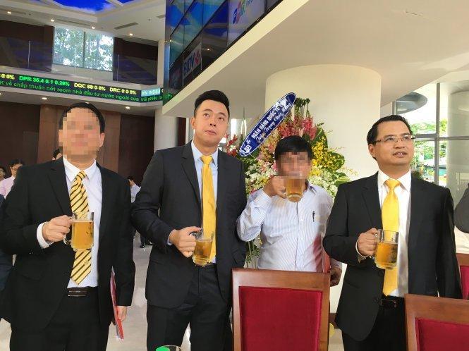 Võ Thanh Hà (phải) cánh tay phải của Vũ Huy Hoàng, chủ tịch Hội Đồng Quản Trị Sabeco và Vũ Quang Hải (giữa), con trai Vũ Huy Hoàng, phó tổng giám đốc Sabeco. Hình: Tuổi Trẻ