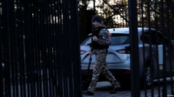 Một người lính gác kiểm tra những chiếc xe đi vào Đại sứ quan Nga tại Washington, ngày 29 tháng 12 năm 2016. Ảnh: Reuters.