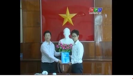 Vũ Minh Hoàng nhận quyết định bổ nhiệm của UBND TP Cần Thơ chiều 7/3. Ảnh: PLTP