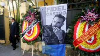 Chủ tịch nước Việt Nam Trần Đại Quang rời đại sứ quán Cuba ở Hà Nội sau khi bày tỏ lòng thương tiếc đến chủ tịch quá cố Fidel Castro, ngày 28/11/2016. Photo: Reuters.