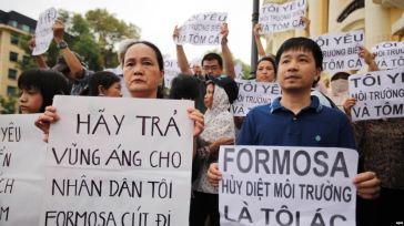 Người biểu tình xuống đường tại Hà Nội với biểu ngữ phản đối công ty Đài Loan Formosa Plastic thải chất độc ra biển làm cá chết hàng loạt tại các tỉnh miền Trung, ngày 1/5/2016. Ảnh: EPA