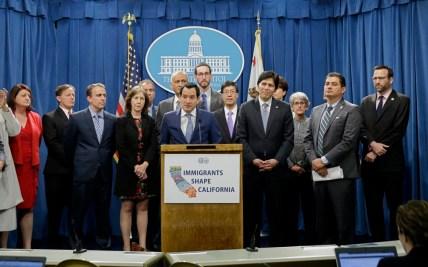Dân Biểu Anthony Rendon (giữa) cùng một số nhà lập pháp lưỡng viện Quốc Hội California trong cuộc họp báo hôm Thứ Hai. (Hình: AP Photo/Rich Pedroncelli)