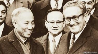 Cố vấn đặc biệt Lê Đức Thọ, đại diện đoàn Việt Nam Dân chủ Cộng hòa và Cố vấn đặc biệt của Tổng thống Hoa Kỳ Henry Kissinger chúc mừng nhau sau lễ ký tắt. (Người đứng giữa, phía sau là Thư ký đoàn VNDHCH Lưu Văn Lợi. Ảnh: Wiki.