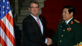 Ảnh tư liệu: Bộ trưởng Quốc phòng VN Phùng Quang Thanh đón người đồng cấp Hoa Kỳ Ashton Carter hôm 1/6/2015 tại Hà Nội. Ảnh: AFP
