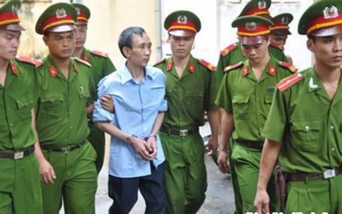 Ông Hàn Đức Long đang đi tới một phiên tòa xét xử trước đó. Ảnh: Việt Đức/ Pháp luật +