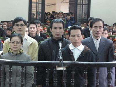 Đặng Xuân Diệu (thứ hai hàng đầu từ phải sang) và các bạn tù tại tòa. Ảnh: internet