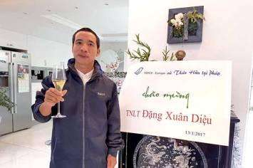 Anh Đặng Xuân Diệu với ly rượu champagne đầu tiên tại Paris, Pháp quốc. Photo by Tường An/RFA