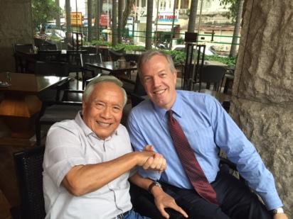 BS Nguyễn Đan Quế (trái) và Đại sứ Mỹ Ted Osius trong buổi gặp gỡ trưa ngày 16-10-2015. Ảnh: internet