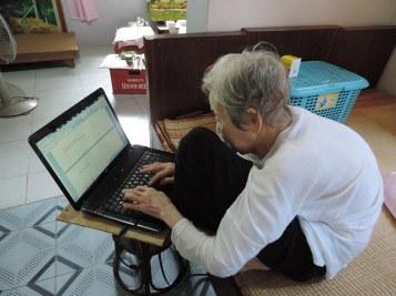 Cụ bà lớn tuổi cũng đã biết cách lướt web, không cần loa phường. Nguồn: internet