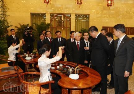 Tại tiệc trà, Tổng Bí thư, Chủ tịch Trung Quốc Tập Cận Bình đã giới thiệu và mời Tổng Bí thư Nguyễn Phú Trọng thưởng thức các loại trà nổi tiếng của tỉnh Phúc Kiến (Trung Quốc).