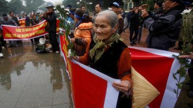 Người dân xuống đường tưởng niệm trận Hải chiến Hoàng Sa. Ảnh: internet