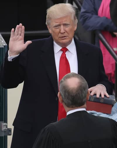 Trump giơ tay tuyên thệ nhậm chức. Nguồn: internet