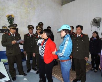 Công an tỉnh Hà Nam công bố lệnh bắt tạm giam và khám xét nơi ở đối với Trần Thị Nga (áo đỏ) ảnh: Công an Hà Nam