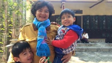 Trần Thị Nga và 2 con nhỏ, bé Tài và bé Phú. Ảnh: internet