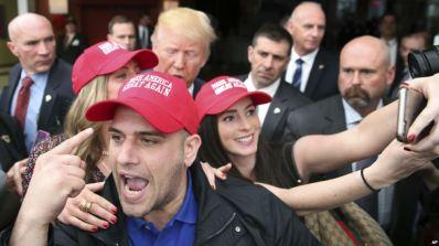 Một số người ủng hộ tân Tổng thống Mỹ đã bất ngờ khi phát hiện những chiếc mũ được sản xuất từ các nước khác. Ảnh: AP