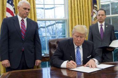 Tân Tổng thống Mỹ Donald Trump ký sắc lệnh chính thức rút khỏi TPP theo cam kết lúc tranh cử. Ảnh: Reuters.