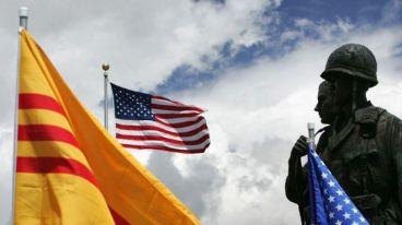 Cộng đồng Việt tại California và lá cờ vàng ba sọc đỏ của VNCH. Ảnh: Getty Images