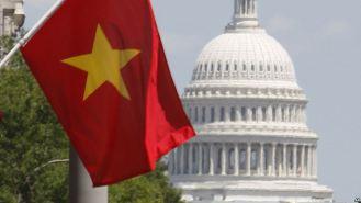 Lá cờ đỏ sao vàng của Việt Nam được nhìn thấy trước một khách sạn ở Thủ đô Washington nhân chuyến thăm Hoa Kỳ của Chủ tịch nước Việt Nam Nguyễn Minh Triết, 22/6/2007. Ảnh: AP