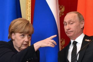 German Chancellor Angela Merkel (L) gestures as Russian President Vladimir Putin looks on during a joint press conference at the Kremlin in Moscow on May 10, 2015. AFP PHOTO / KIRILL KUDRYAVTSEV        (Photo credit should read KIRILL UDRYAVTSEV/AFP/Getty Images)  cảnh báo hồi tháng trước rằng Nga có thể sử dụng tin tức sai hay cuộc tấn công có ảnh hưởng đến cuộc bầu cử năm 2017 ở Đức | Kirill Kudryavstev / AFP qua Getty Images