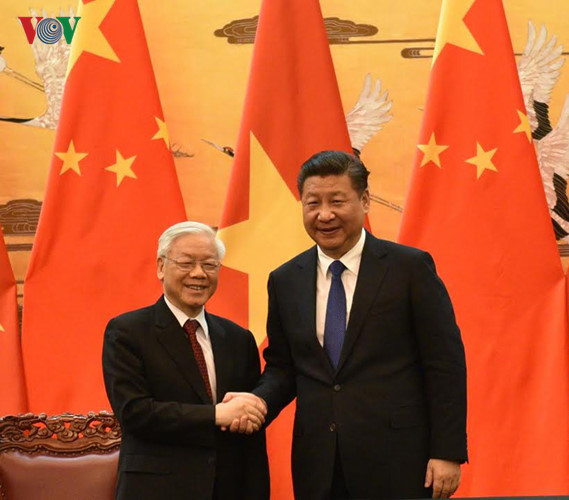 Tổng Bí thư, Chủ tịch Trung Quốc Tập Cận Bình bắt tay và nhiệt liệt chào mừng Tổng Bí thư Nguyễn Phú Trọng sang thăm chính thức Trung Quốc.