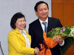 Một trong những lần bà Hồ Thị Kim Thoa trao quyết định cất nhắc ông Trịnh Xuân Thanh. (Hình: Bộ Công Thương)