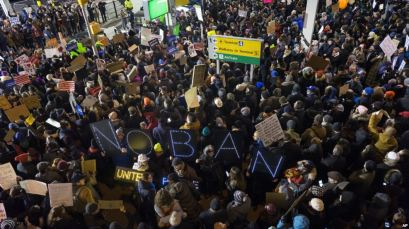 Người biểu tình tụ tập tại Sân bay Quốc tế John F. Kennedy ở Thành phố New York, ngày 28 tháng 1, 2016. Ảnh: AP