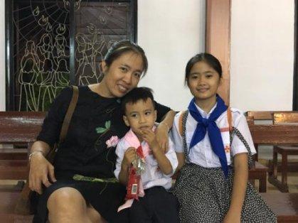 Blogger Mẹ Nấm cùng hai con. Ảnh: internet