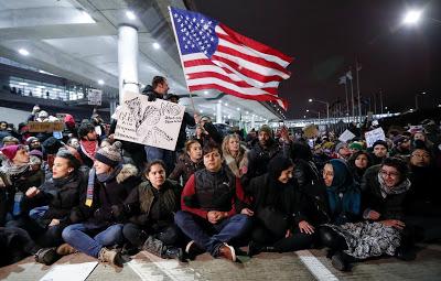 Biểu tình đòi thả người ở sân bay O'Hair, Chicago ngày 28/01/2017. Ảnh: internet