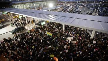 Biểu tình chống lại sắc lệnh nhập cư của Donald Trump ở sân bay JFK, New York đêm qua. Ảnh: internet